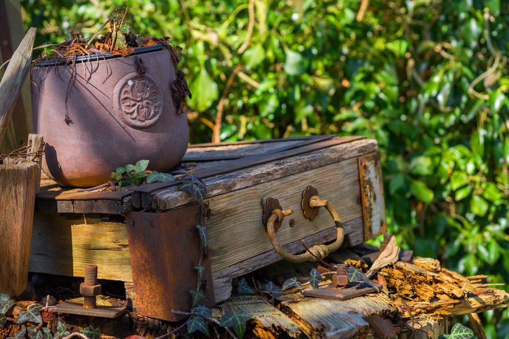 Uen caisse en baois vintage pour décorer son jardin