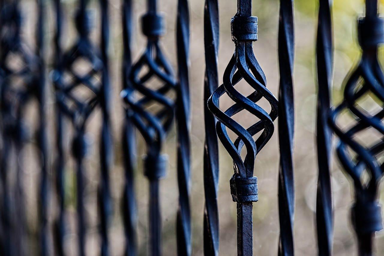 Une barrière en fer forgé peinte en noire