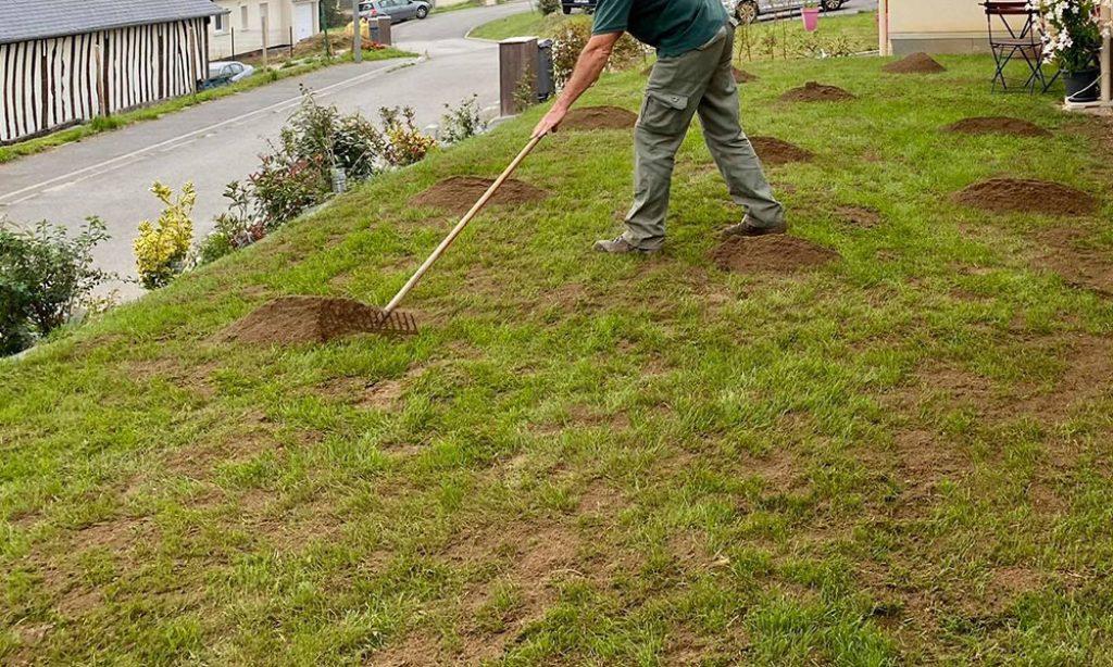 comment regarnir un trou pelouse